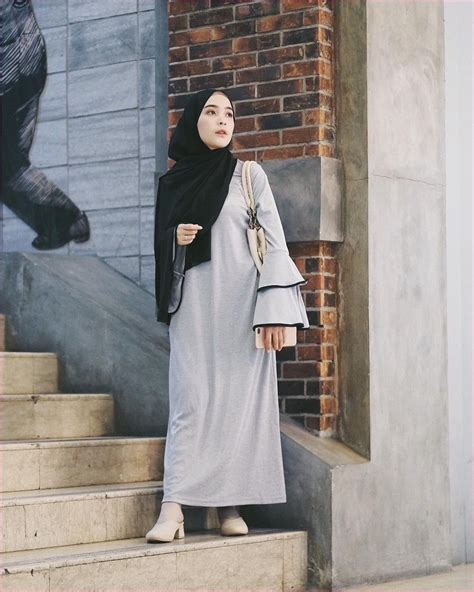 outfit baju remaja berhijab ala selebgram  pashmina hitam polos gamis abaya abu abu lengan