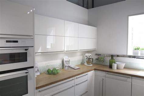 cuisine blanche laqu馥 cuisine credence verre crdence de cuisine en verre laqu sur mesure verre satin antireflet au sol dans la cuisine les carreaux de