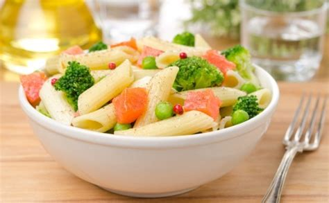 Cuisiner Du Saumon Frais - salade de pâtes aux brocolis petits pois et saumon fumé