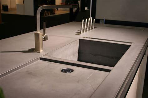 plan de travail cuisine evier integre evier béton intégré au plan de travail et aperçu du porte