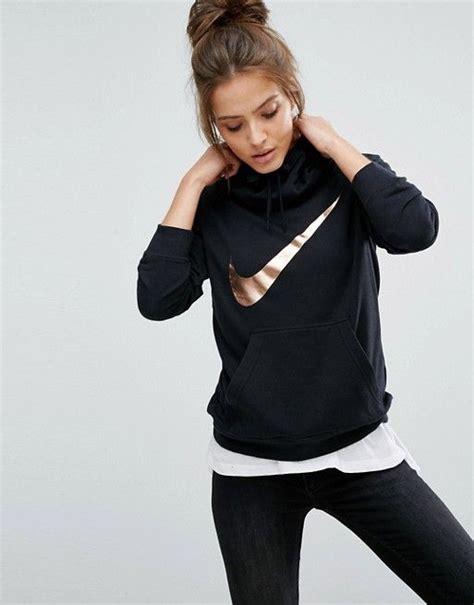 fitness klamotten damen nike schwarzer kapuzenpullover mit swoosh logo in metallic optik nike pulli