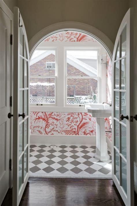 Badezimmer Fliesen Floral by Badezimmer Mit Roten Floralen Wanddekorationen Und Fliesen