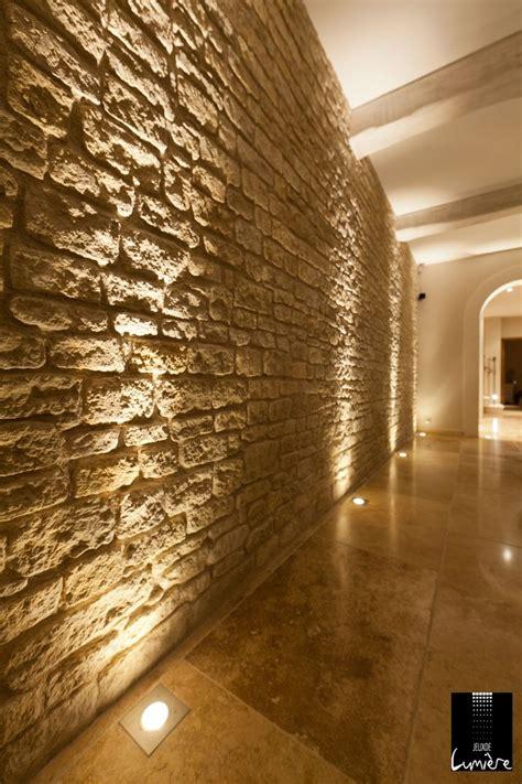 des spots au sol pour mettre en valeur ce mur en http www jeuxdelumiere fr eclairage