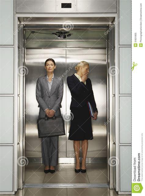 affaires de bureau femmes d 39 affaires dans l 39 ascenseur de bureau photo libre
