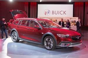 Image: 2018 Buick Regal TourX, size: 1024 x 682, type: gif