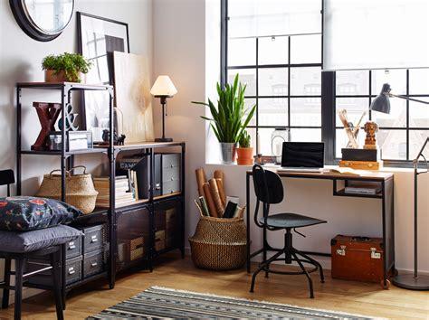 bureau metal ikea espacio de trabajo con suelo de madera estantería y