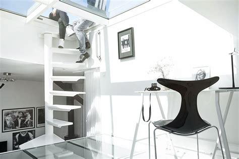 bureau logement bel appartement moderne sous le toit au design scandinave