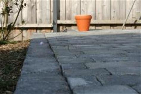 bodenbelag für terrasse terrasse bodenbelag mit hellen betonpflastersteine bauunternehmen