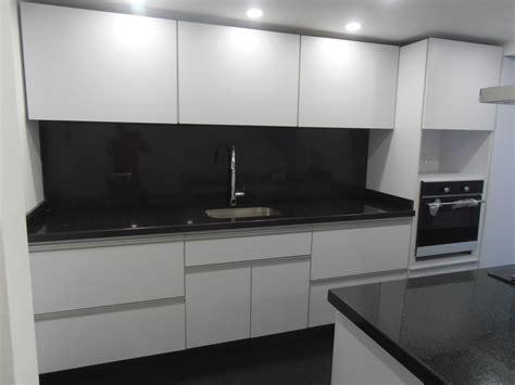 cocina integral diseno blanca  negro cocinas