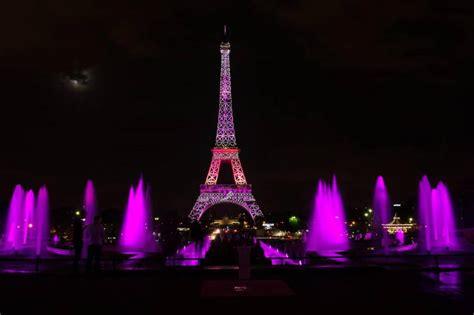 torre eiffel illuminata parigi torre eiffel illuminata di rosa contro il cancro