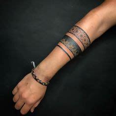 tatouage bracelet avant bras encre noire manchette
