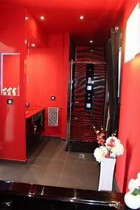 creation dune salle de bain dans un style baroque rouge With salle de bains rouge