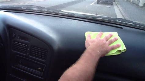 nettoyer plastiques intérieurs de la voiture astuce auto nettoyage intérieur facile