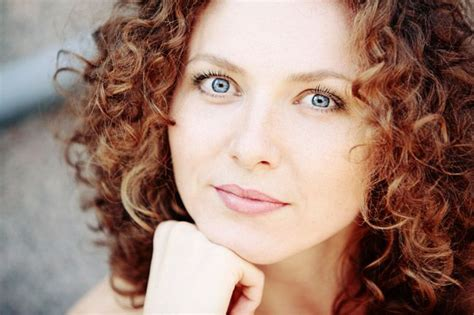 Best Curly Hair Styles For Round Faces