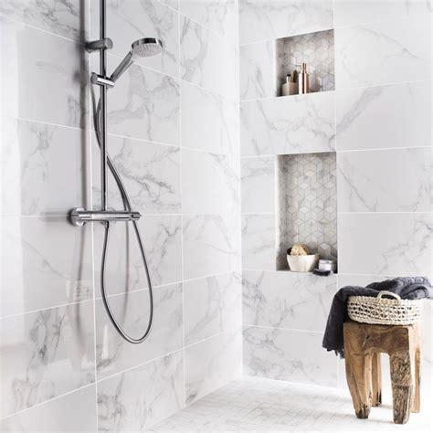 faience marbre salle de bain les 25 meilleures id 233 es concernant carreaux en marbre sur tuile salles de bains en