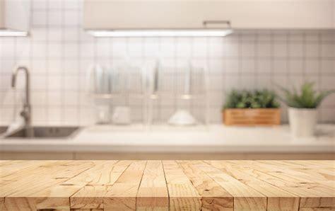 tablero de madera en el mostrador de cocina desenfoque