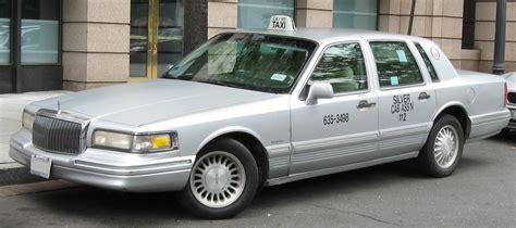 Lincoln Town Car Signature Sedan Auto