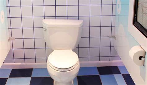 comment nettoyer des toilettes encrassees comment nettoyer les taches jaunes dans les toilettes l express