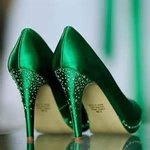 green shoes wedding 25 bästa green wedding shoes idéerna på blygsamma bröllopsklänningar