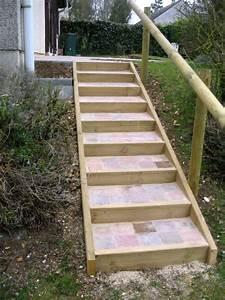 escalier et terrasse pierre et bois mon beau jardin With chemin de jardin en pierre 0 fabriquer un escalier en pierre naturelle