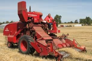 International Harvester 141 Combine