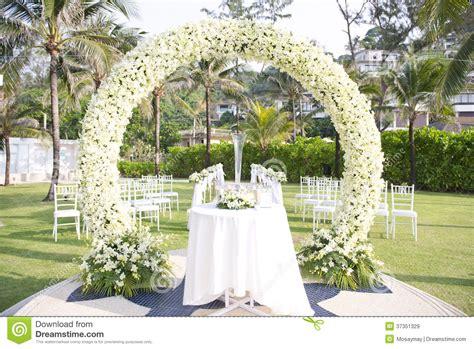 mariage installe dans le jardin  linterieur de la plage