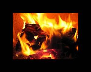 Feuer Den Ofen An : ein w rmendes feuer im ofen foto bild die ~ Lizthompson.info Haus und Dekorationen