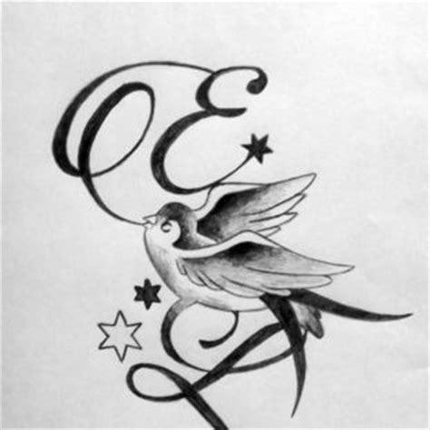 tatouage de lettre entrelac 233 es avec hirondelle tatouages