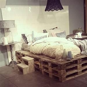 Kronleuchter Im Schlafzimmer : kleines schlafzimmer mit einem bett aus paletten und einem schwarzen kronleuchter living ~ Sanjose-hotels-ca.com Haus und Dekorationen
