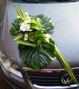 decoration voiture mariage originale décoration de voiture pour mariage fleurs nature contemporain