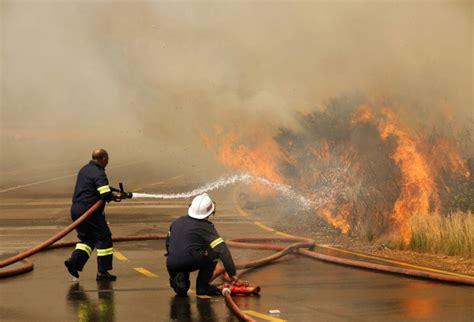 cuisine disney coloriage pompier éteint un feu à imprimer