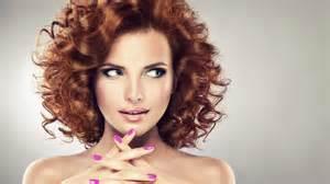 essai coupe de cheveux une femme qui change de coupe de cheveux