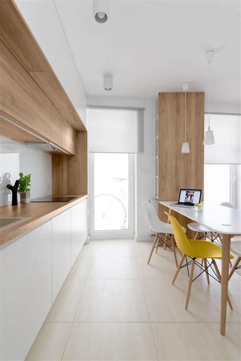 cuisine a et z la cuisine blanche et bois en 102 photos inspirantes chaises jaunes plan de travail bois et