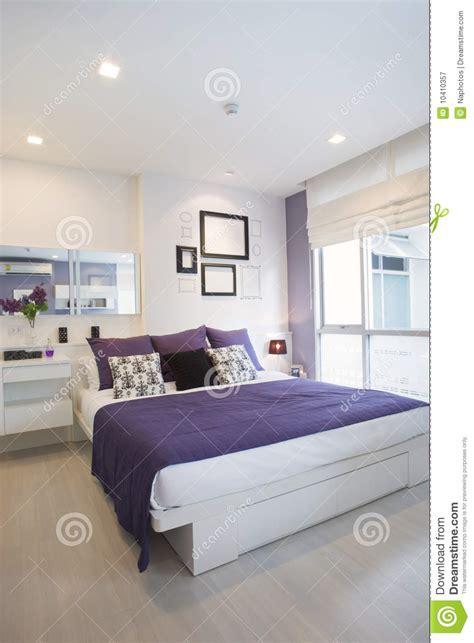 chambre violet et blanc blanc violet de chambre à coucher photographie stock libre