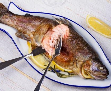 cuisiner un saumon entier comment decouper un saumon entier cuit a chaud ou a froid