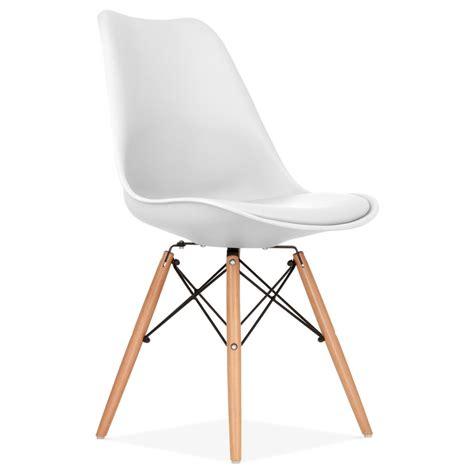chaise design blanche avec pieds de style dsw en bois