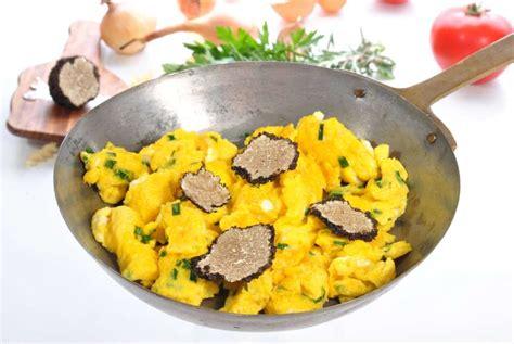 cuisiner la truffe recette des oeufs brouillés aux truffes pratique fr