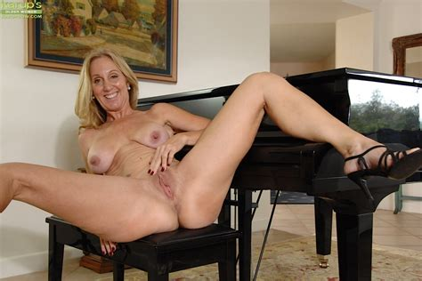Horny Mature Jenna Covelli Showing Her Shaved Pussy And