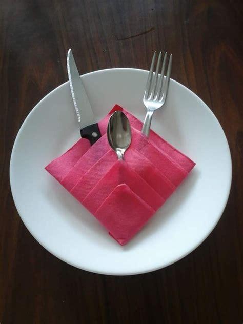 pliage de serviettes en forme triangle range couvert modeles2 cuisine et service de table par