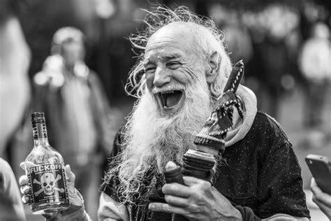 der lustige alte mann foto bild streetfotografie