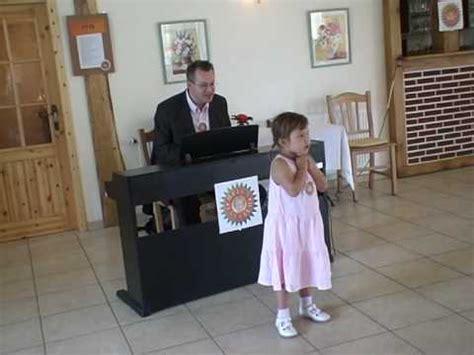 das enkelkind singt fuer omas  geburtstag youtube
