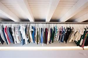 Kleider Aufhängen Stange : unser begehbarer kleiderschrank in der dachschr ge mit langer kleiderstange attic bedroom ~ Michelbontemps.com Haus und Dekorationen