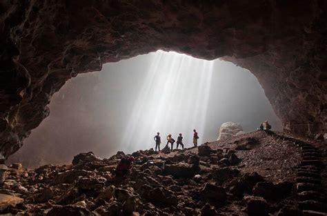 fenomena cahaya surga gua jomblang pesona indonesia