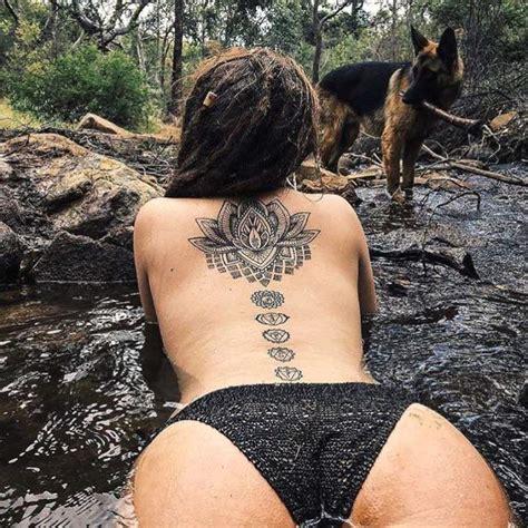 tatouage de femme tatouage fleur de lotus noir  gris