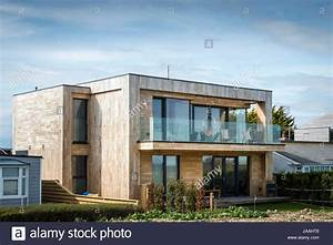 Haus Mit Holz : neue moderne architekt entwarf k sten haus aus holz mit glas balkon verkleidet stockfoto bild ~ Frokenaadalensverden.com Haus und Dekorationen