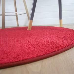 Tapis Rond Design : tapis rond rouge fin par inspiration luxe ~ Teatrodelosmanantiales.com Idées de Décoration