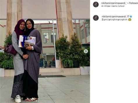 Momen Nikita Mirzani Antar Putrinya Pesantren Penuh