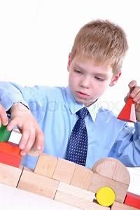 Spielzeug Für 2 Jährigen Jungen : portr t der 6 j hrigen jungen trug eine sgirt und eine krawatte spielt mit spielzeug ~ Orissabook.com Haus und Dekorationen