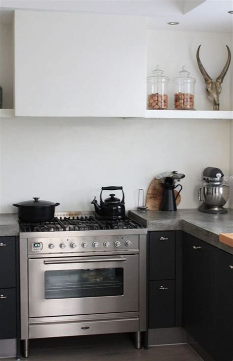 cuisine compacte compacte zwarte keuken met grijs betonnen keukenblad