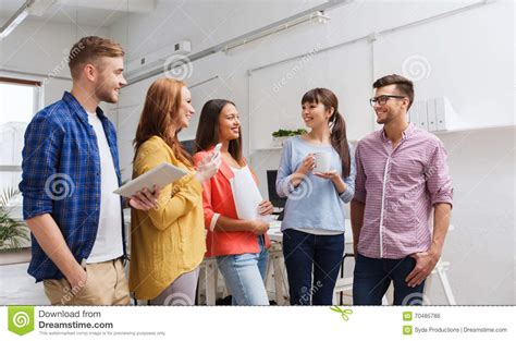 café au bureau équipe créative sur la pause café parlant au bureau photo